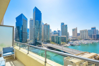 Marina Quays: renting a penthouse in Dubai with the view of a yacht club